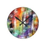 Tiempo de paz (blanco en grunge colorido de la pin relojes de pared