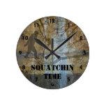 Tiempo de Squatchin Reloj Redondo Mediano