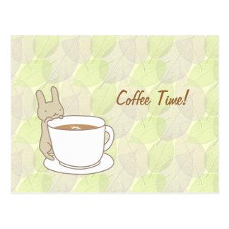 Tiempo del café con un conejo lindo postales