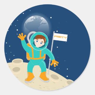 Tiempo del fiesta del astronauta del niño pequeño etiqueta redonda