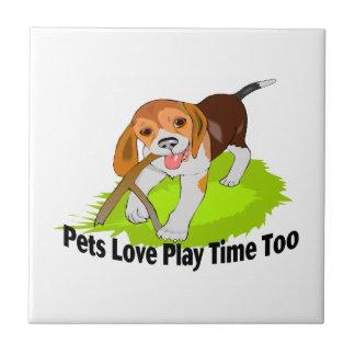 Tiempo del juego del amor de los mascotas también azulejo cuadrado pequeño