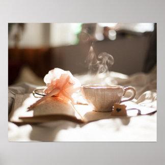 Tiempo del té con un buen libro póster