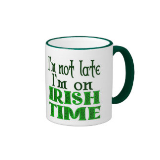 Tiempo irlandés que dice tarde taza de dos colores