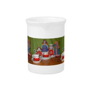 Tiempo ruso del té de la muñeca jarras