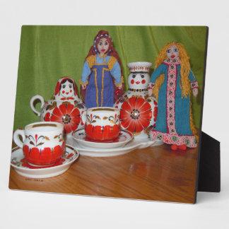 Tiempo ruso del té de la muñeca placa para mostrar