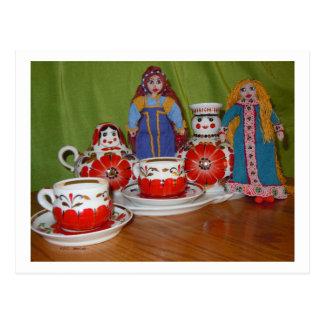 Tiempo ruso del té de la muñeca postal