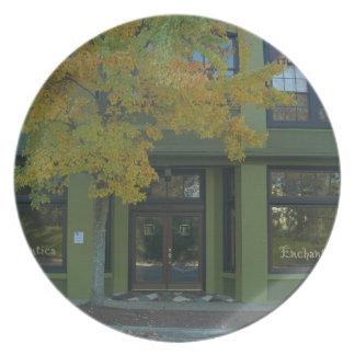 Tienda amarilla del verde del árbol platos de comidas