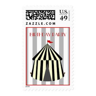 Tienda de circo con la fiesta de cumpleaños de la timbre postal