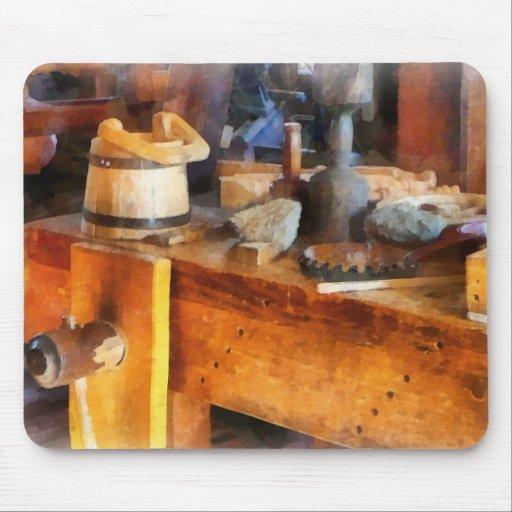 Tienda de madera con el cubo de madera tapete de raton