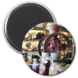 Tienda general con los tarros del caramelo imán redondo 5 cm