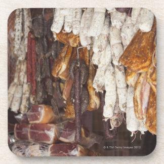 tienda que exhibe un surtido de salchichas y posavaso