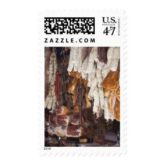 tienda que exhibe un surtido de salchichas y sellos postales