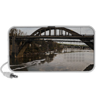 Tienda un puente sobre un Doodle iPod Altavoces