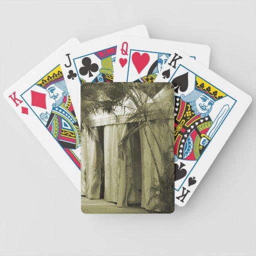 tiendas blancas detrás de la sepia de las frondas  cartas de juego