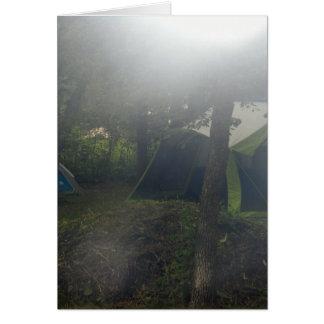 tiendas en niebla de la mañana