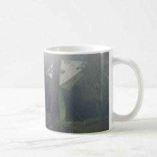 tiendas en niebla de la mañana taza de café