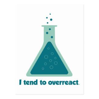 Tiendo a overreact cubilete de la ciencia de la qu tarjetas postales