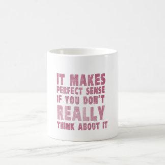 Tiene sentido perfecto si usted no piensa en él taza básica blanca
