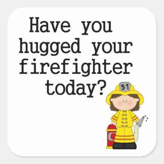 Tiene usted abrazado su bombero (de sexo femenino) pegatina cuadrada