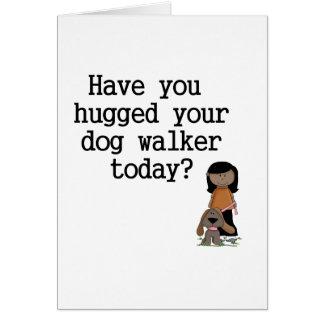 Tiene usted abrazado su caminante del perro (femen tarjeton