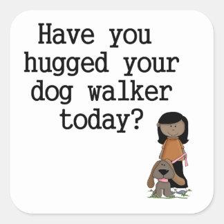 Tiene usted abrazado su caminante del perro pegatina cuadrada