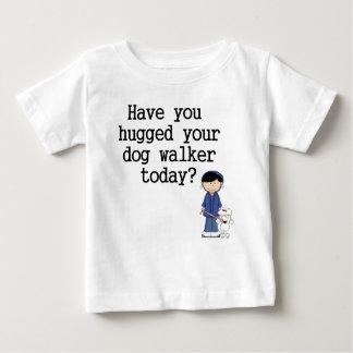 Tiene usted abrazado su caminante del perro playera de bebé