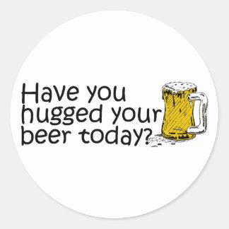 Tiene usted abrazado su cerveza hoy pegatina redonda