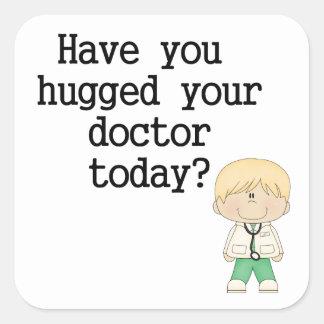 Tiene usted abrazado su doctor (el varón) pegatina cuadrada