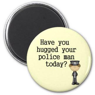 Tiene usted abrazado su hombre de la policía imán redondo 5 cm