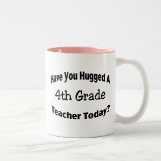 Tiene usted abrazado un 4to profesor del grado hoy taza de café de dos colores