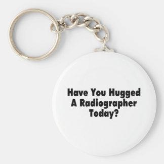 Tiene usted abrazado un ayudante radiólogo hoy llavero redondo tipo pin