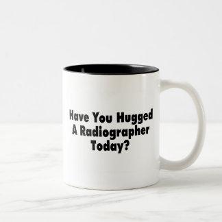 Tiene usted abrazado un ayudante radiólogo hoy taza de dos tonos