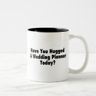 Tiene usted abrazado un planificador del boda hoy taza de dos tonos