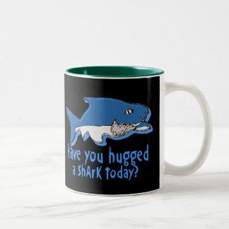 Tiene usted abrazado un tiburón hoy taza dos tonos