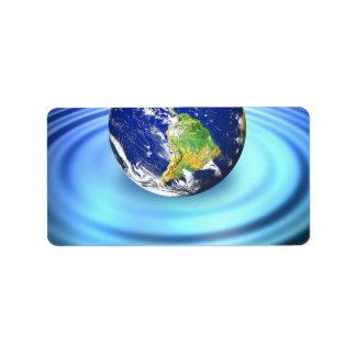 tierra 3D que flota en ondulaciones del agua Etiquetas De Dirección