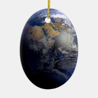 Tierra azul del espacio inspirado adorno navideño ovalado de cerámica