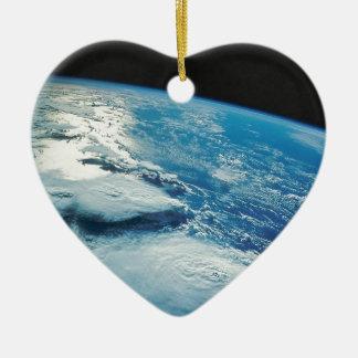 Tierra casera dulce casera de la órbita adorno navideño de cerámica en forma de corazón
