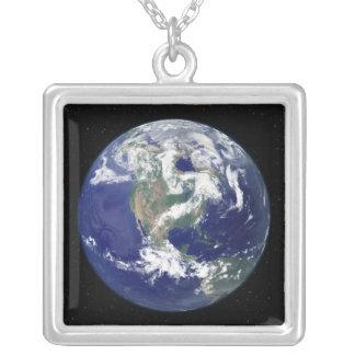 Tierra completamente encendida centrada en colgante cuadrado