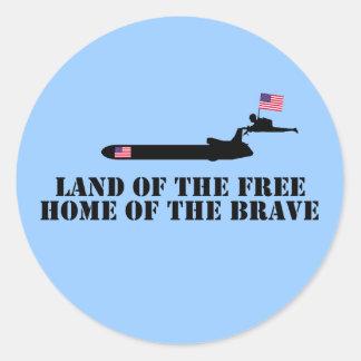 Tierra del hogar libre del valiente pegatina redonda