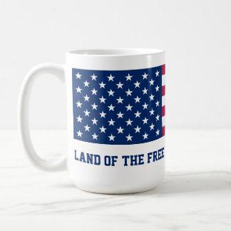 Tierra del libre debido a la bandera valiente taza