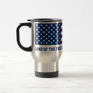 Tierra del libre debido a la bandera valiente taza de viaje