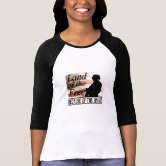 Tierra del libre debido al valiente camiseta
