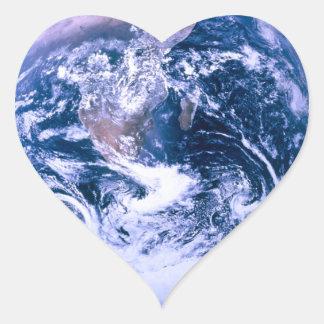 Tierra del mármol del azul del espacio pegatina en forma de corazón