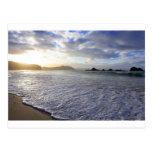 Tierra del norte Nueva Zelanda de la puesta del so Postales