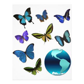 Tierra del planeta con las mariposas tarjeton