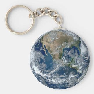 Tierra del planeta del espacio exterior con las llavero redondo tipo chapa