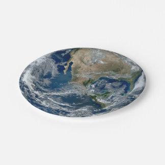 Tierra del planeta del espacio exterior con las platos de papel