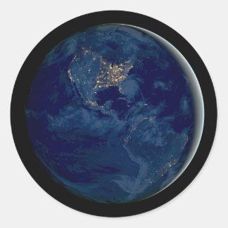 Tierra del planeta en la noche del espacio pegatina redonda