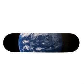 Tierra del planeta que mira el Océano Pacífico Monopatín