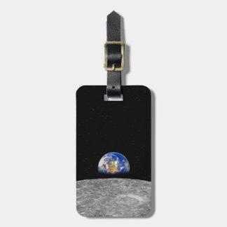 Tierra del planeta que sube sobre la luna etiqueta para maleta
